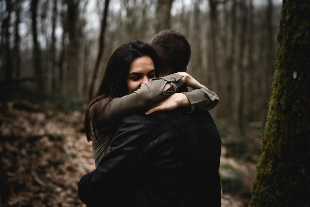calin couple dans les bois lovesession forêt rambouillet 78