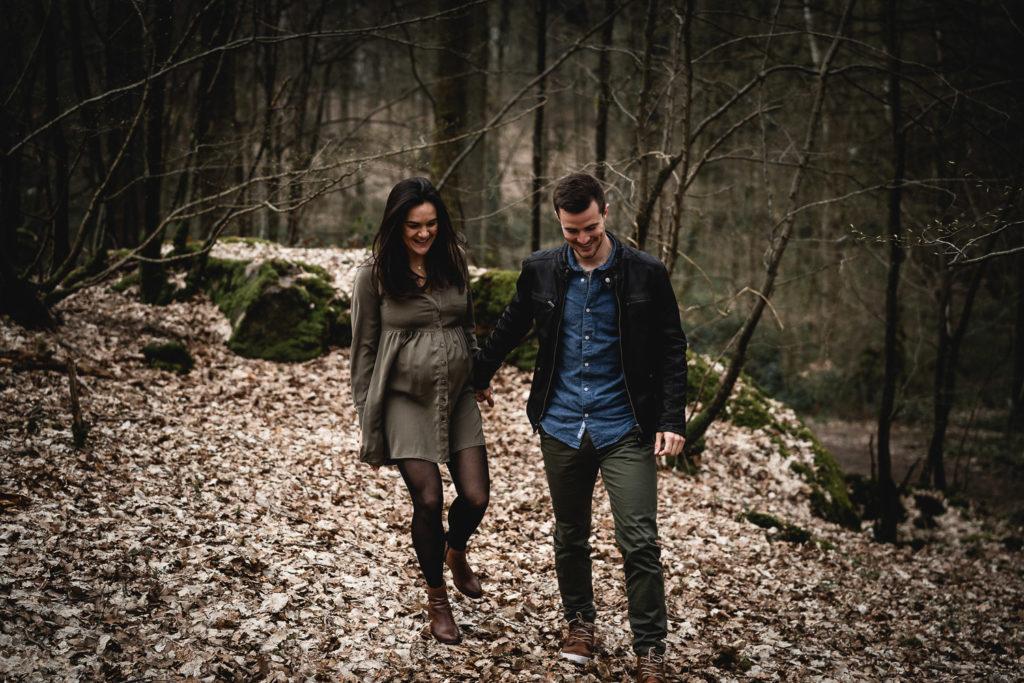 seance photo grossesse couple qui marche dans les bois