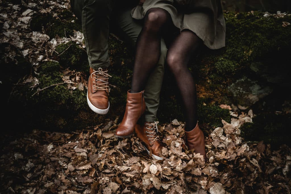 pieds du couple dans les feuilles des arbres forêt de rambouillet yvelines