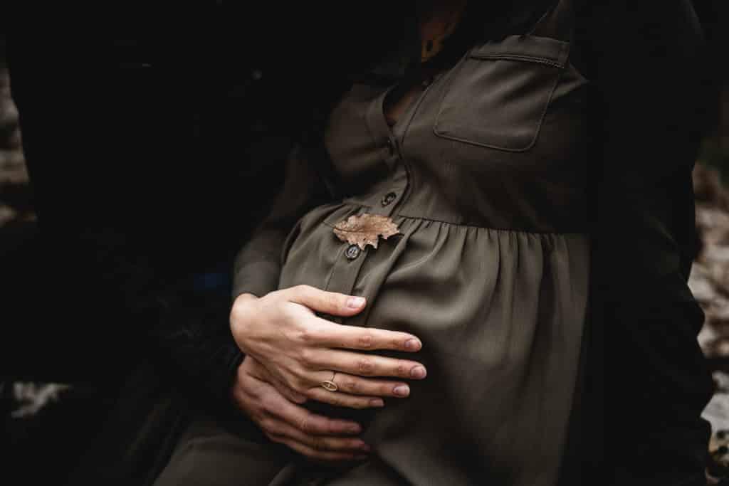 photo de feuille de chêne sur ventre de femme enceinte dans la forêt