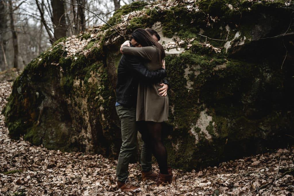 couple devant un rocher dans la forêt de rambouillet samantha guillon photographe lifestyle