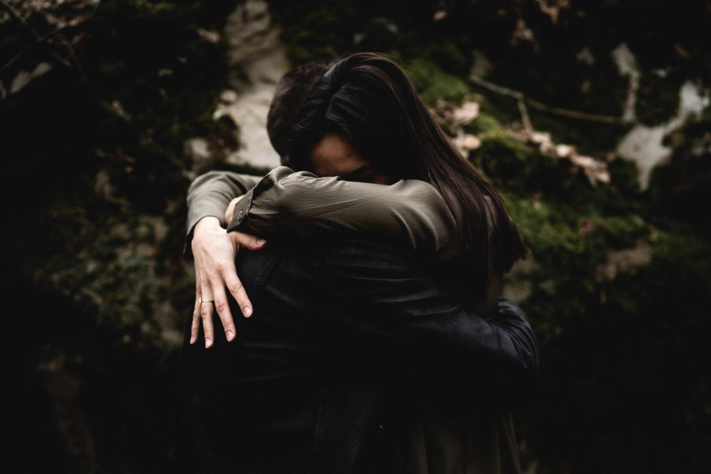 lovesession dans les bois samantha guillon photographe couple ile de france
