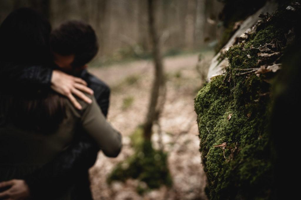 couple dans les bois de rambouillet pendant séance photo de grossesse