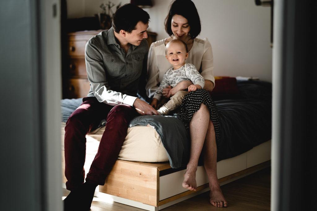 photo de famille sur le lit des parents pendant seance photo lifestyle