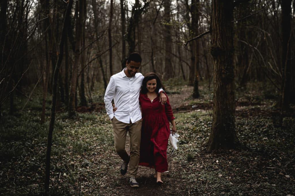 love session versailles ou seance engagement couple qui marche dans les bois du parc