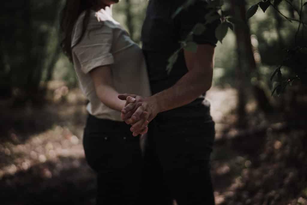 main dans la main par samantha guillon photographe couple et love session a rambouillet