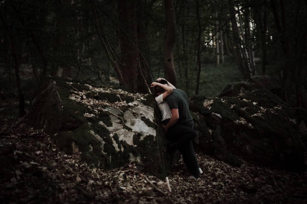 couple sur rocher dans la forêt de rambouillet pendant love session