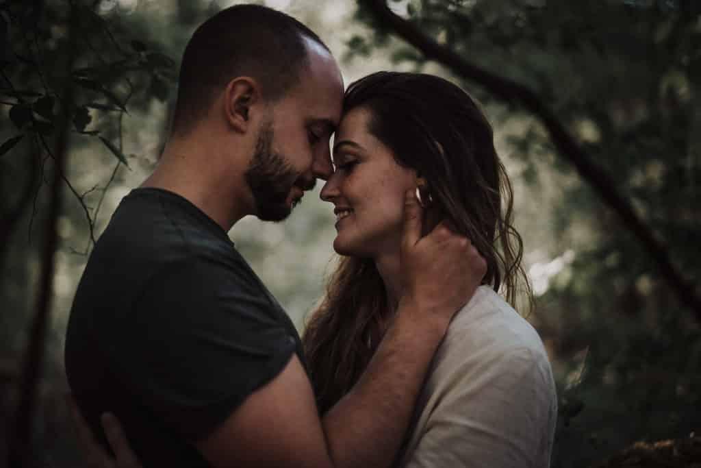 calin couple dans la forêt par samantha guillon photographe lifestyle love session paris et rambouillet