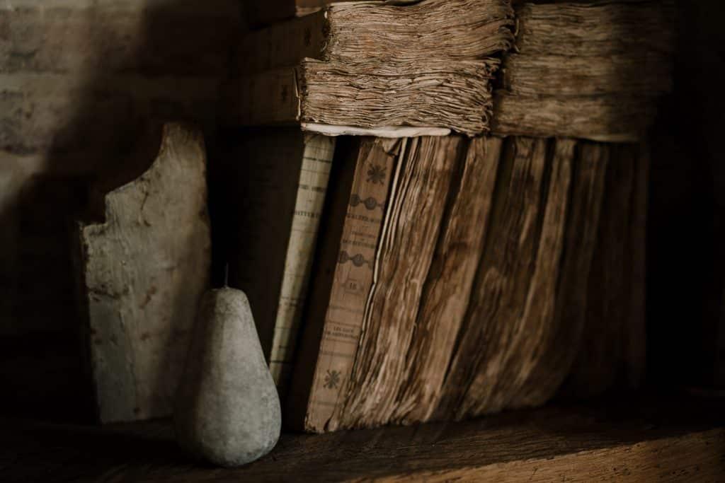 univers moody avec bois et livre ancien par samantha guillon photographe de mariage