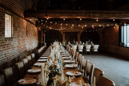 décoration de salle avec fleurs séchées et table banquet guirlandes guinguettes par samantha guillon photographe mariage style moody