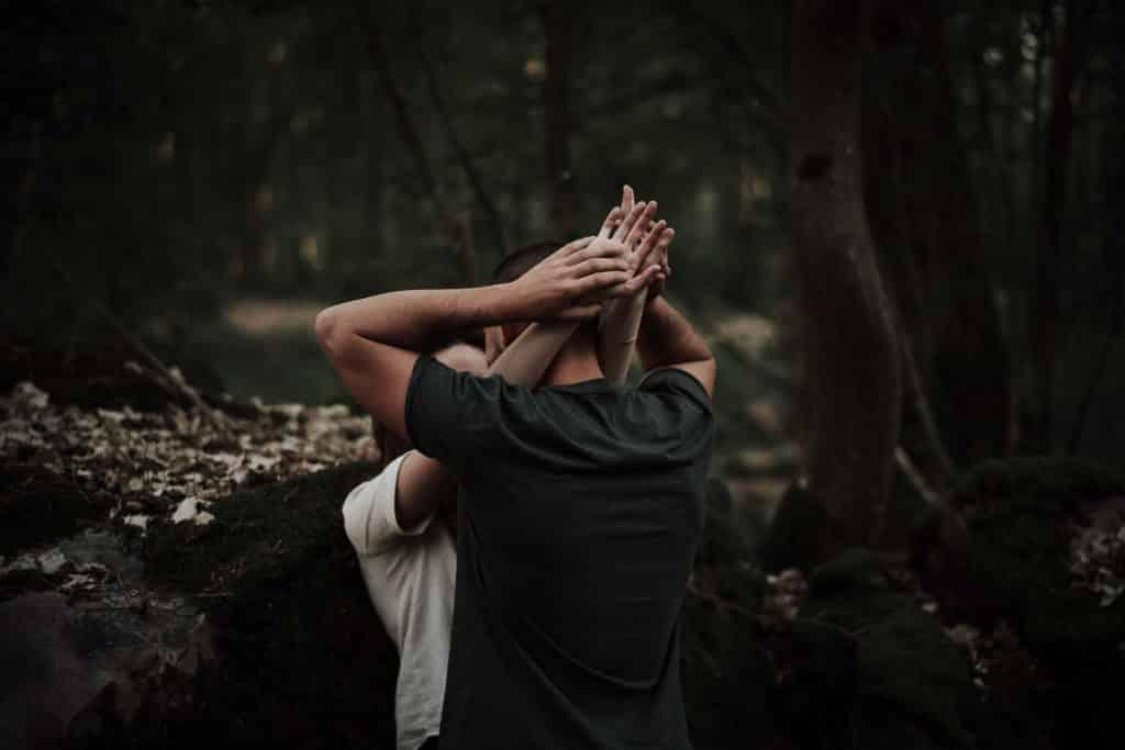 image intense et passionnée photo de couple ou love session au style moody à rambouillet par samantha guillon