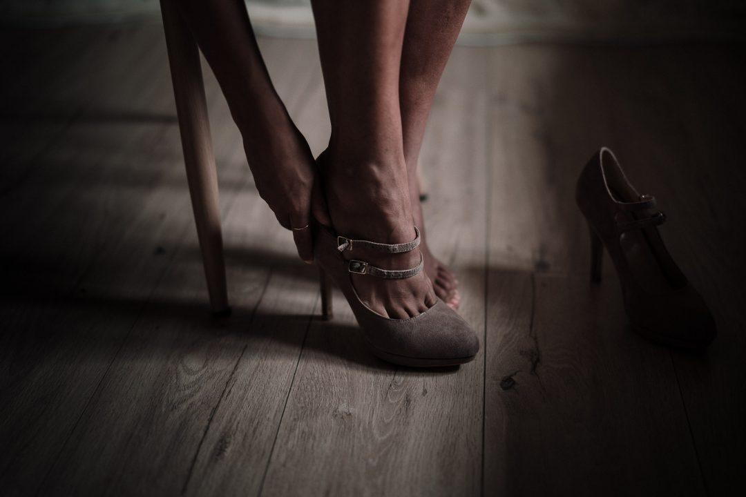 photo de préparatifs de la mariée qui met ses chaussures par samantha guillon photographe mariage normandie et ile de france