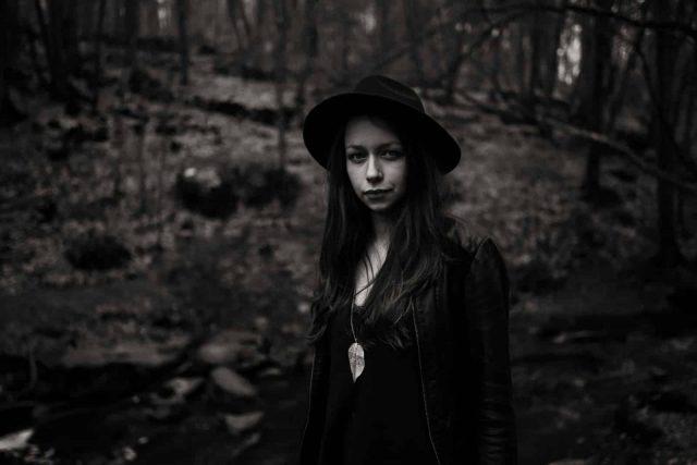 portrait de samantha guillon en noir et blanc photographe mariage et lifestyle en ile de france