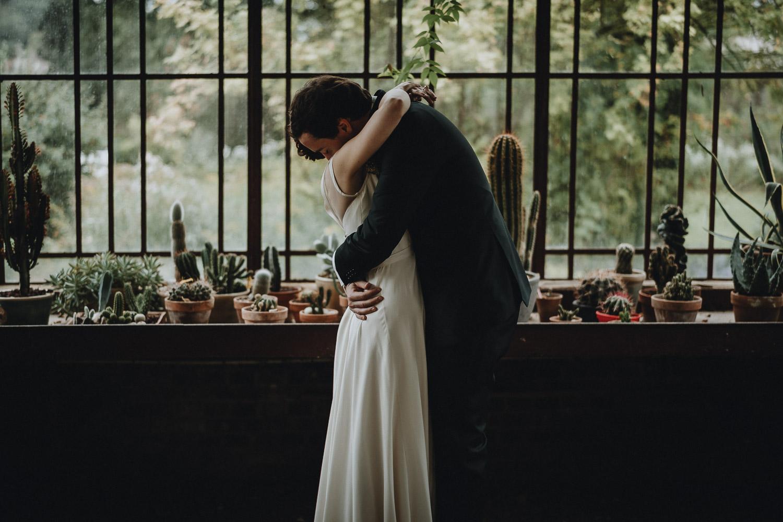 first look dans la serre du domaine de verderonne photographié par samantha guillon photographe de mariage en ile de france