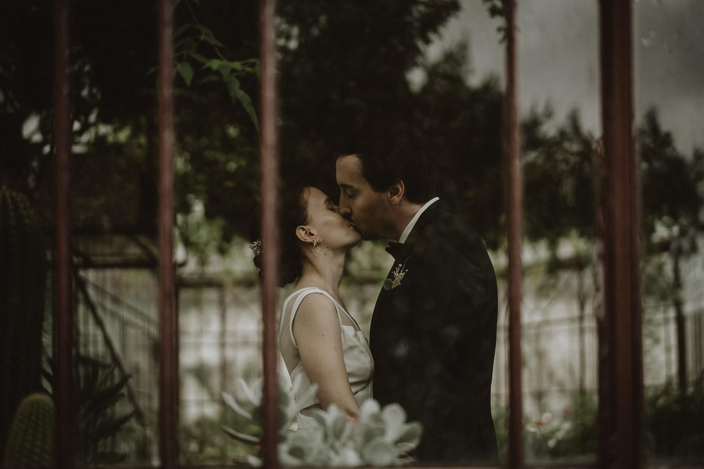 first look des mariés dans la serre du domaine du chateau de verderonne par samantha guillon photographe moody en ile de france