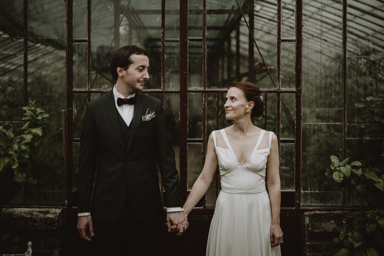 first look pendant mariage automnal dans la serre du domaine de verderonne par samantha guillon photograhe en ile de france