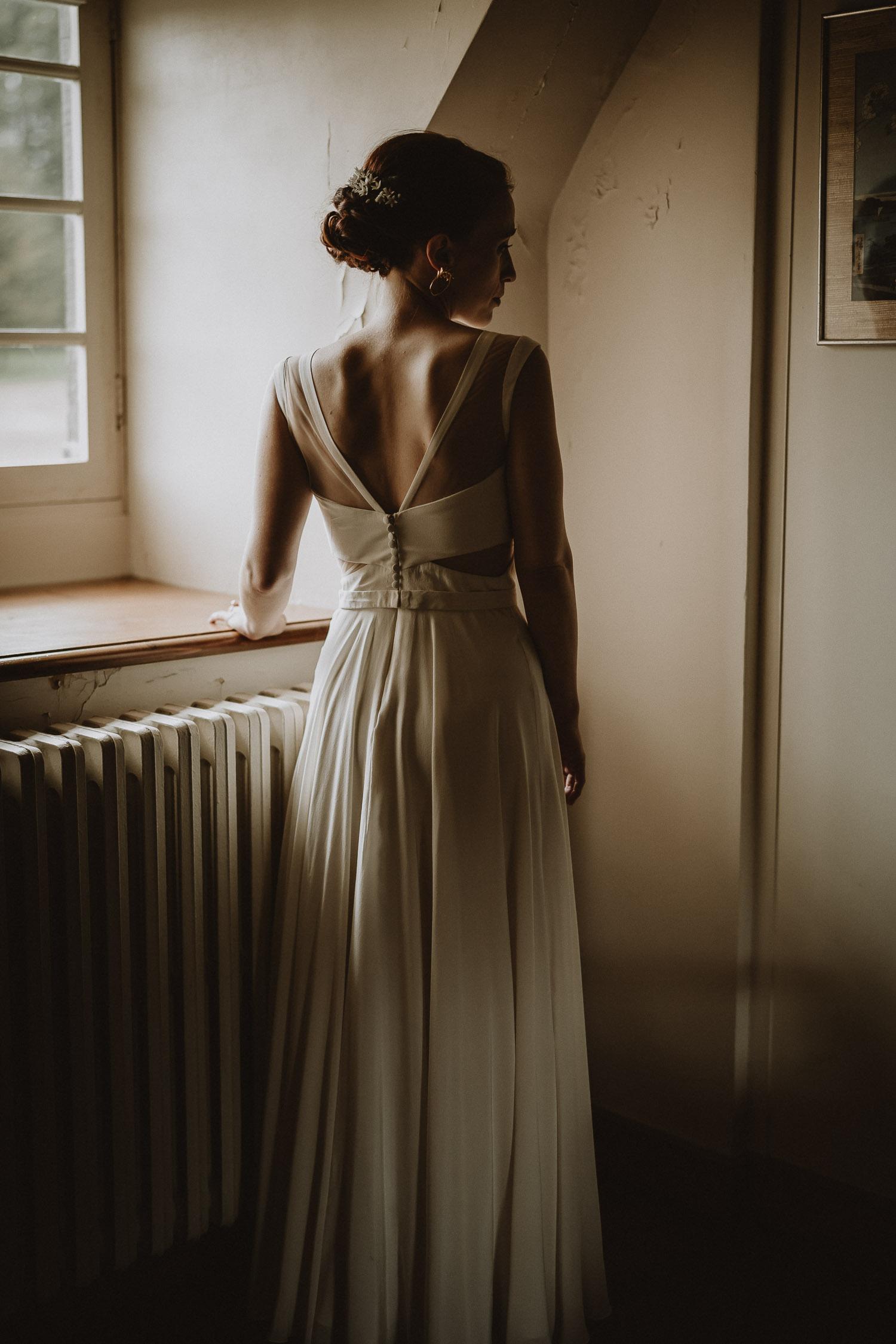 dos de la mariée photographié par samantha guillon photographe de mariage automnal au style moody en ile de france