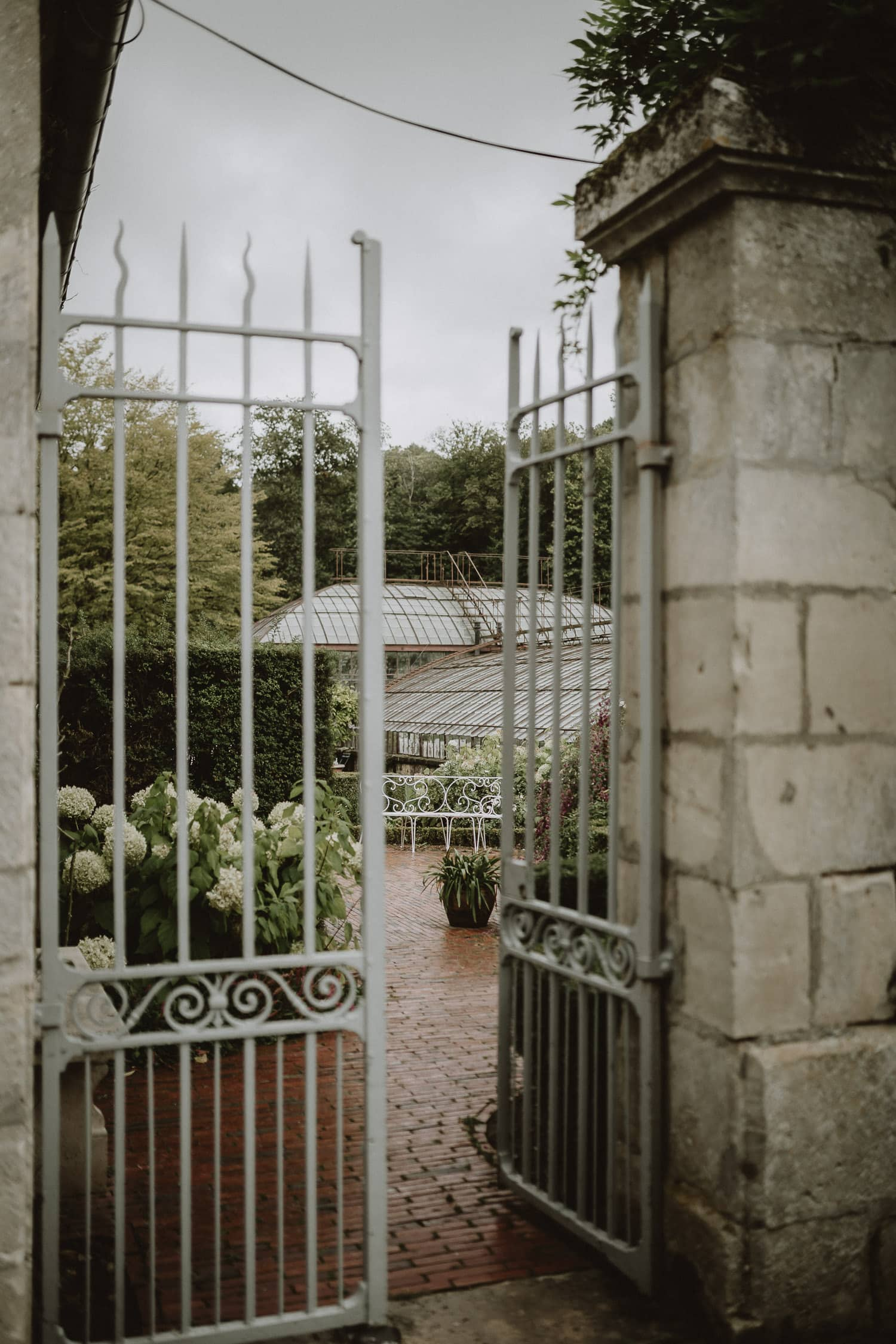 serre du domaine de verderonne pendant un mariage en automne par samantha guillon photographe de mariage en ile de france