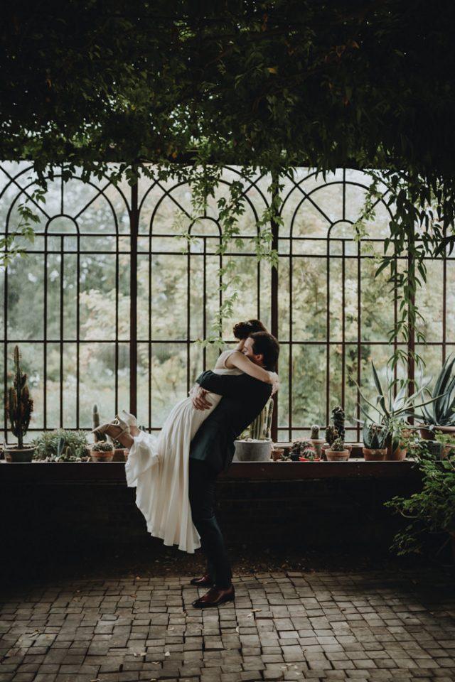 photo de couple de jeunes mariés dans la serre du domaine de verderonne par samantha guillon photographe mariage et couple en ile de france