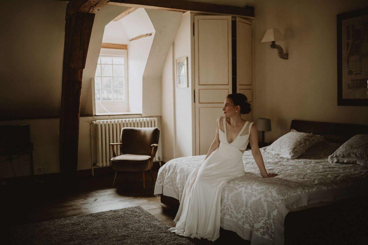 portrait de la mariée pendant les préparatifs par samantha guillon photographe de mariage en ile de france