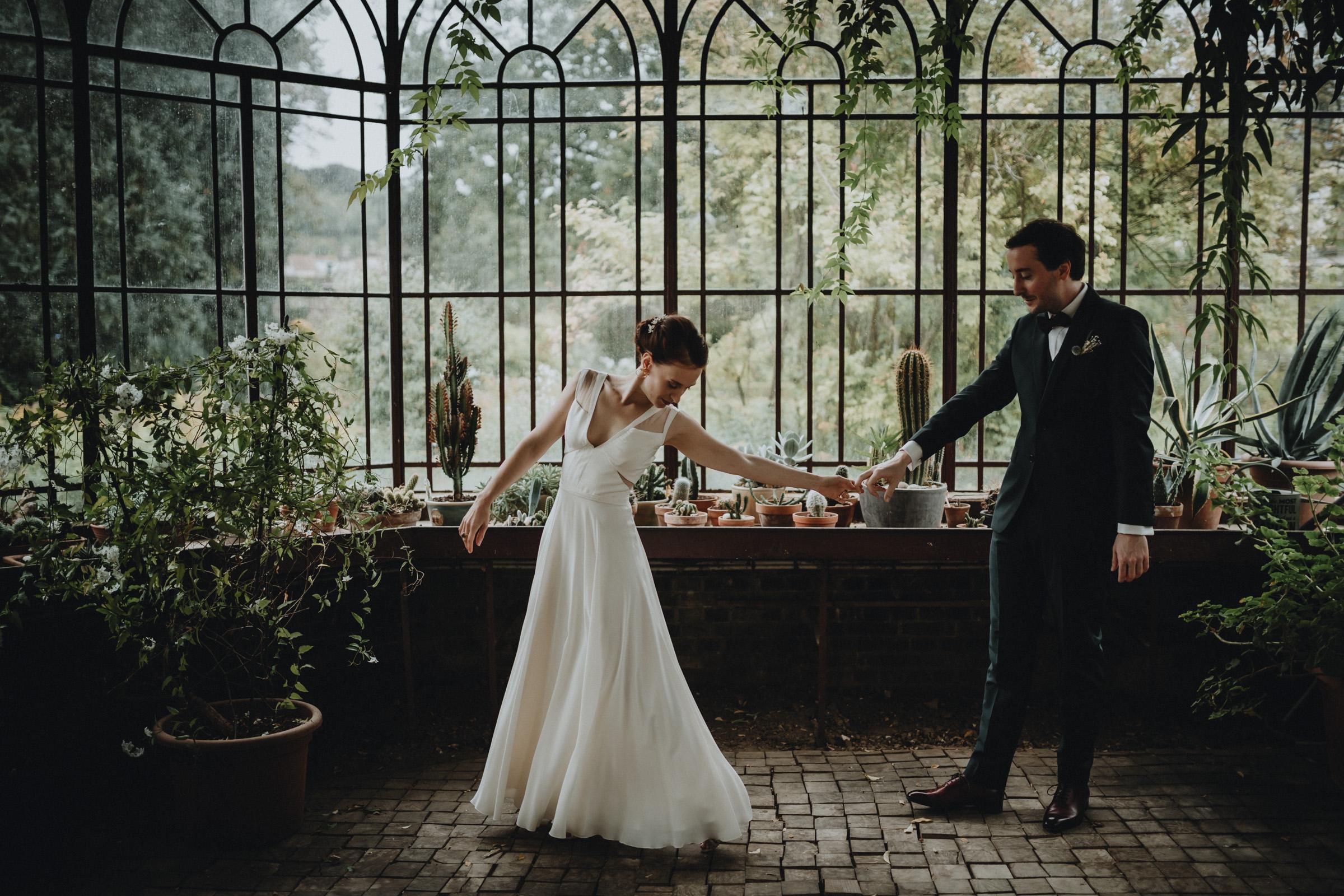 first look des mariés avant la cérémonie laique par samantha guillon photographe de mariage en ile de france