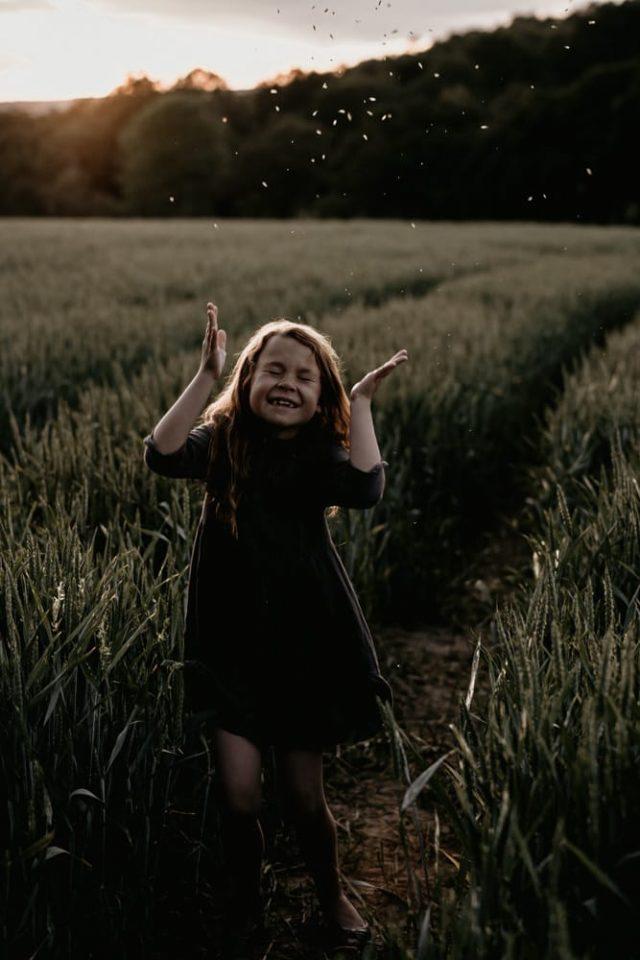 petite fille a la lumiere du coucher de soleil par samantha guillon photograpghe lifestyle paris
