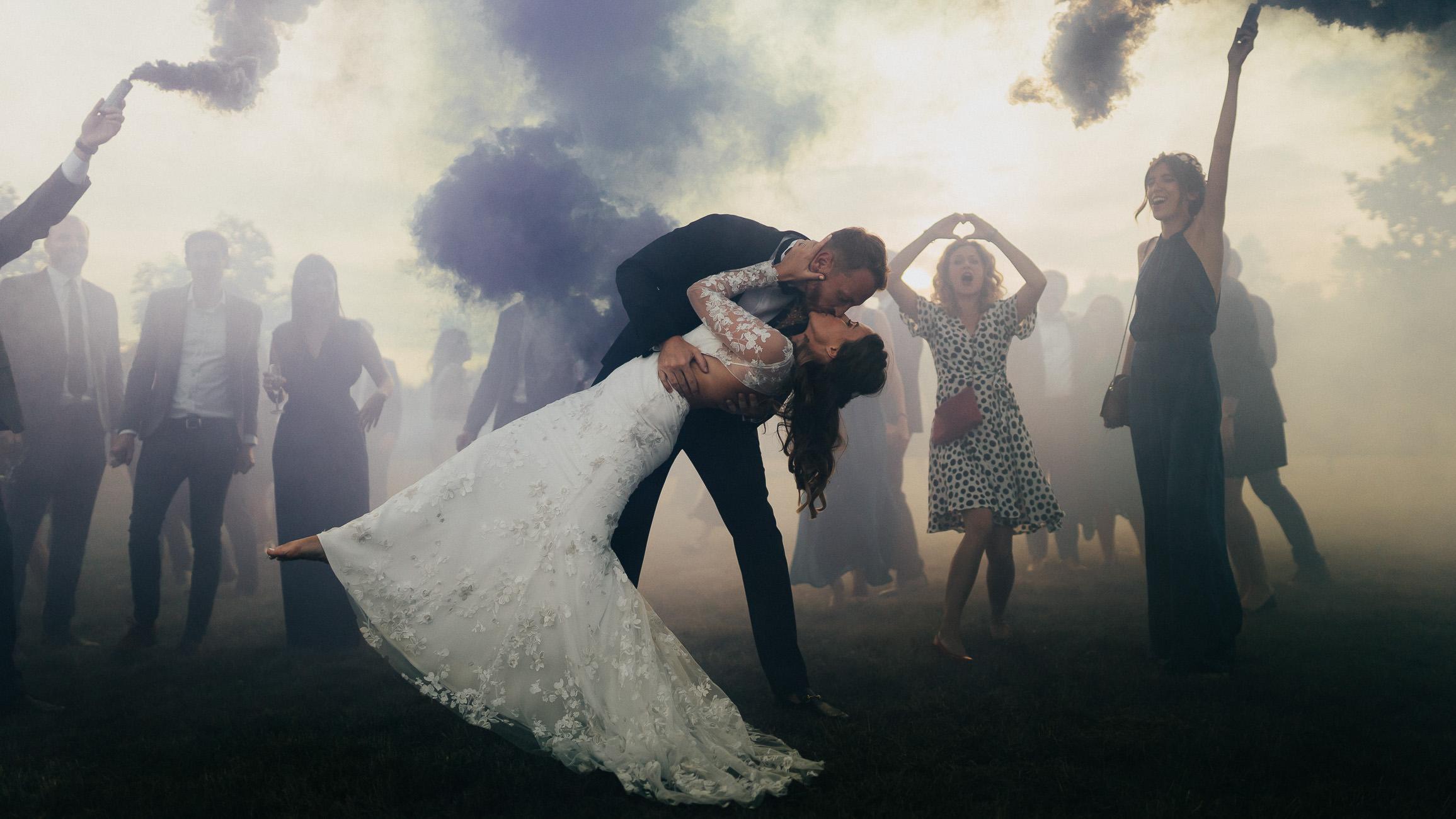 photo de groupe pendant le cocktail du mariage avec fumigènes par samantha guillon photographe mariage et elopements en ile de france