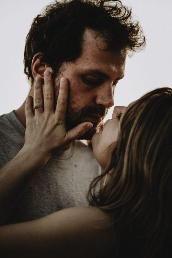 couple sur le point de s'embrasser pendant une love session à la golden hour en ile de france