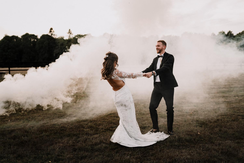 séance couple dans les champs du calvados lors du mariage intime par samantha guillon photographe de mariage à clamart