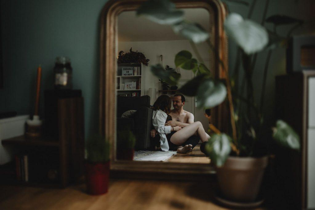 couple qui prend le temps de s'aimer chez eux pendant séance photo de grossesse en couple par samantha guillon photographe grossesse à clamart