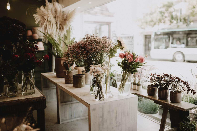 vitrine artisan fleuriste les petites pensées à sceaux pour reportage immersif par samantha guillon photographe à clamart