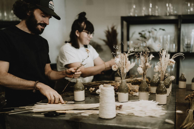 production de bouquets de fleurs séchées pour un reportage immersif par samantha guillon photographe artisan à clamart