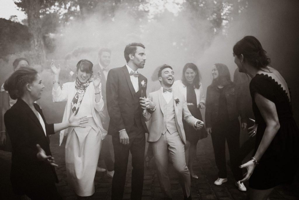séance photo de groupe sur le vif pendant un mariage pour illustrer le concept de photographie lifestyle