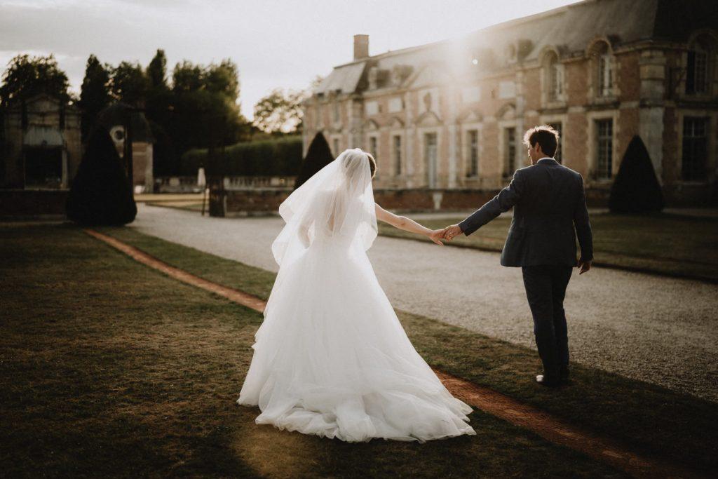 exemple d'utilisation de la lumière naturelle du coucher de soleil à des fins artistique en photographie lifestyle mariage par samantha guillon
