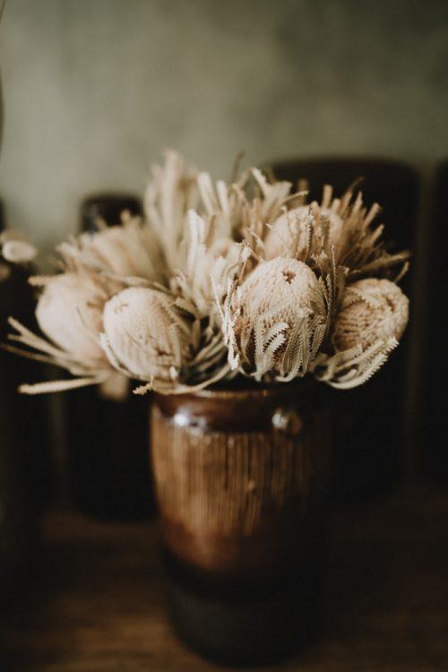 fleurs séchées sur table de travail par samantha guillon photographe à clamart